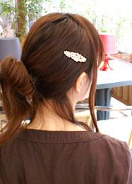 サイドの後れ毛をジルコニアのパッチン留めでとめています