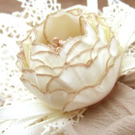 ふんわりローズが美しいお花のヘアクリップ