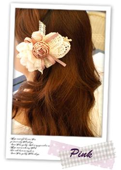 ガーリーなダウンヘアアレンジには、お花ヘアクリップを挟むだけ