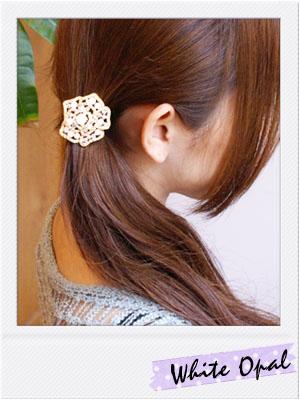 お花のヘアゴムで髪をサイドにまとめた簡単ヘアアレンジ