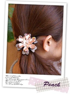 大きなお花のヘアゴムで、髪をサイドにまとめています