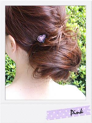 耳から上の髪を盛りヘアにして、U字ピンでお団子にしています