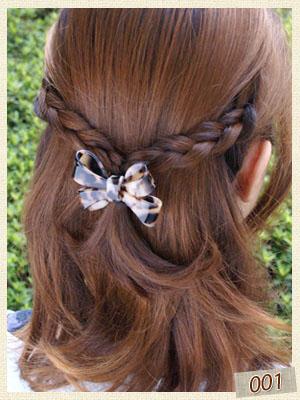 三つ編みをした髪をアセテートのリボンヘアゴムで結んでいます