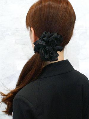 大ぶりの黒シュシュで、髪をサイドにまとめています