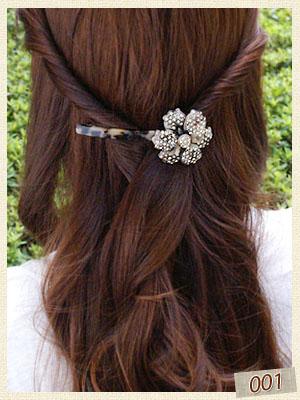 アセチのお花バレッタでツイストした髪をまとめています