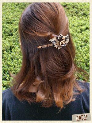 べっ甲風のお花バレッタで盛りヘアにしています