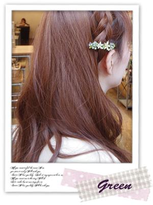 編み込みヘアにしたあと、お花のミニバレッタをつけています