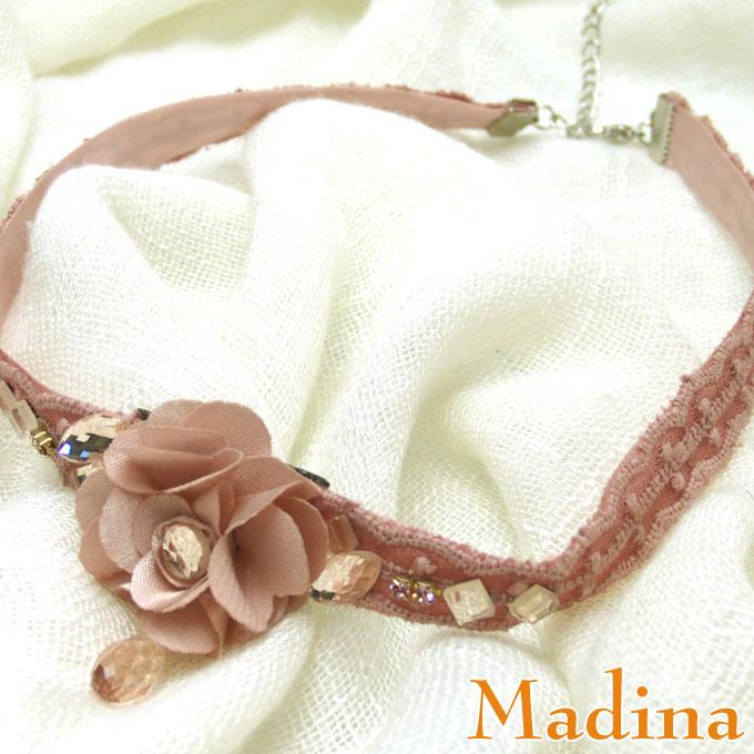お花のコサージュがついたネックレス。