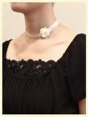 お花がついたネックレス。上品な雰囲気に。
