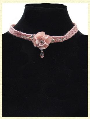 ピンクのお花が咲いたネックレス。パーティーやお祝い行事に。